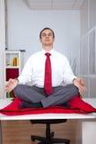 Homme d'affaires détendant au bureau Image stock