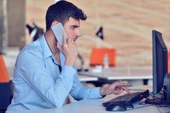 Homme d'affaires détendant avec des jambes sur le bureau, café potable tout en rêvant de l'avenir sur le lieu de travail dans le  Photos libres de droits