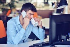 Homme d'affaires détendant avec des jambes sur le bureau, café potable tout en rêvant de l'avenir sur le lieu de travail dans le  Photo stock