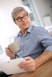 Homme d'affaires détendant avec la tasse de café Photos libres de droits
