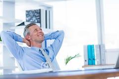 Homme d'affaires détendant dans la chaise pivotante Photos stock