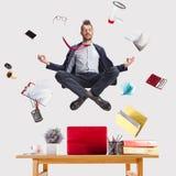 Homme d'affaires détendant dans le bureau, alors que son travail fait photo libre de droits