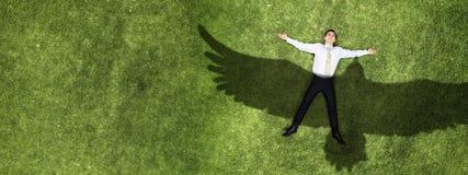 Homme d'affaires détendant sur l'herbe images libres de droits