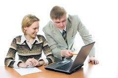 Homme d'affaires d'équipe et travail de femme sur l'ordinateur portatif photographie stock