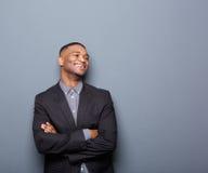 Homme d'affaires d'afro-américain souriant avec des bras croisés photo libre de droits