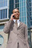 Homme d'affaires d'Afro-américain sur le téléphone portable Photo stock