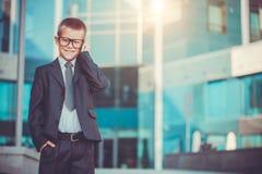 Homme d'affaires d'enfant parlant au téléphone Image stock