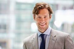 Homme d'affaires d'entreprise dans l'intérieur moderne, principal et les épaules Photographie stock libre de droits
