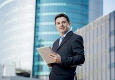Homme d'affaires d'entreprise de portrait avec le comprimé numérique fonctionnant dehors Image stock