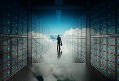 Homme d'affaires d'ingénieur dans le serveur de réseau 3d Photos stock