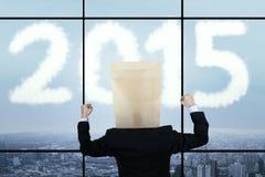 Homme d'affaires d'optimiste regardant le numéro 2015 Images stock