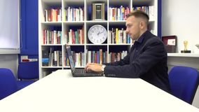 Homme d'affaires dactylographiant sur l'ordinateur portable clips vidéos