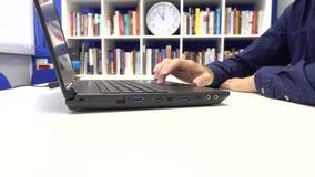 Homme d'affaires dactylographiant sur l'ordinateur portable banque de vidéos