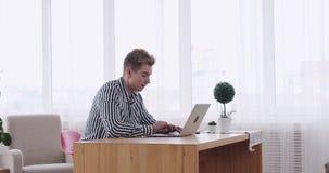 Homme d'affaires dactylographiant sur l'ordinateur portable au bureau clips vidéos