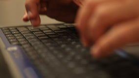 Homme d'affaires dactylographiant sur le clavier d'ordinateur portable clips vidéos
