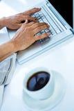 Homme d'affaires dactylographiant sur son ordinateur Images stock