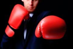 Homme d'affaires dans des gants de boxe Photographie stock