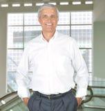 Homme d'affaires dans des mains blanches de chemise dans des poches Photo stock