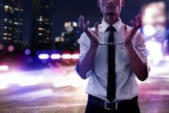 Homme d'affaires dans des menottes la nuit photographie stock libre de droits