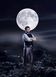 Homme d'affaires dans l'agaist de nuit une grande lune Images stock