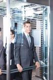 Homme d'affaires dans l'ascenseur image stock