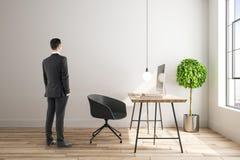 Homme d'affaires dans l'intérieur contemporain images stock