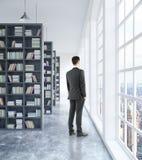 Homme d'affaires dans l'intérieur de bibliothèque Images stock