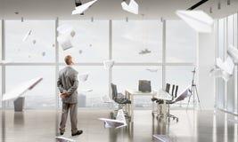 Homme d'affaires dans l'intérieur de bureau Photographie stock libre de droits