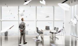 Homme d'affaires dans l'intérieur de bureau Images libres de droits