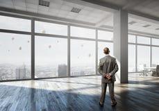 Homme d'affaires dans l'intérieur de bureau Photo libre de droits
