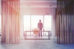 Homme d'affaires dans l'intérieur en bois de bureau du directeur de mur Image libre de droits