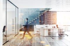 Homme d'affaires dans l'intérieur panoramique concret de bureau illustration stock