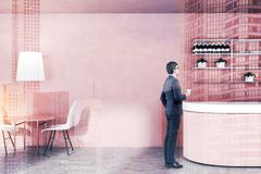 Homme d'affaires dans l'intérieur rose de bar photo libre de droits