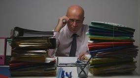 Homme d'affaires dans la chambre d'archives vérifiant des documents comptables image stock