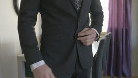 Homme d'affaires dans la chemise blanche boutonnant sa veste de costume banque de vidéos