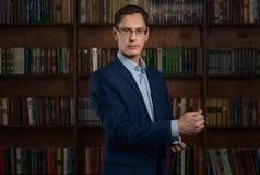 Homme d'affaires dans la chemise et costume dans la perspective des livres photographie stock libre de droits