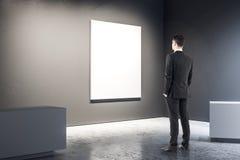 Homme d'affaires dans la galerie noire photo stock