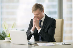Homme d'affaires dans la pose de yoga au bureau Photographie stock libre de droits