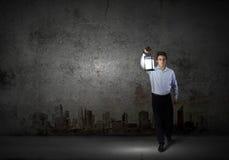 Homme d'affaires dans la recherche dans l'obscurité Image stock
