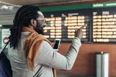 Homme d'affaires dans la station de train Photos libres de droits