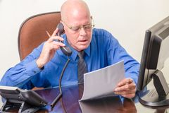 Homme d'affaires dans le bureau au téléphone Image stock