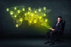 Homme d'affaires dans le bureau avec le comprimé et la carte sociale du monde de réseau Images libres de droits