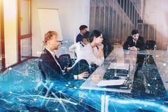 Homme d'affaires dans le bureau avec l'effet de réseau Concept d'association et de travail d'équipe Photo stock
