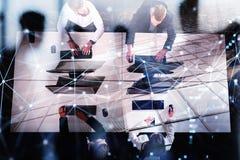 Homme d'affaires dans le bureau avec l'effet de réseau Concept d'association et de travail d'équipe Double exposition Photographie stock libre de droits