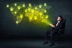 Homme d'affaires dans le bureau avec le comprimé et la carte sociale du monde de réseau Images stock
