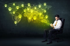Homme d'affaires dans le bureau avec le comprimé et la carte sociale du monde de réseau Image libre de droits