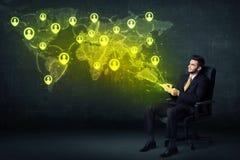Homme d'affaires dans le bureau avec le comprimé et la carte sociale du monde de réseau Image stock