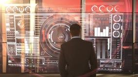 homme d'affaires dans le bureau avec le fond et la projection futuristes de ville clips vidéos
