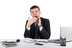 Homme d'affaires dans le bureau baîllant Images libres de droits