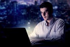 Homme d'affaires dans le bureau la nuit Photo libre de droits